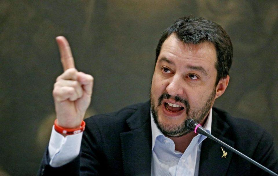 Италијанскиот министер за внатрешни работи правеше селфи со туристите на плажа