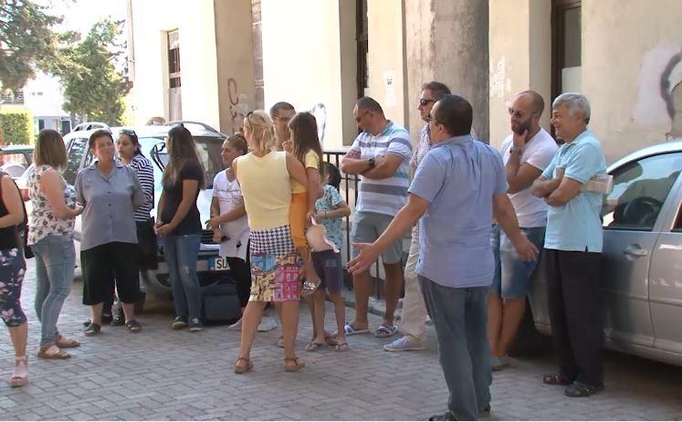 Во Струга протестираат родителите: Училиштето е како куќа на стравот, не ги пуштаме децата на настава