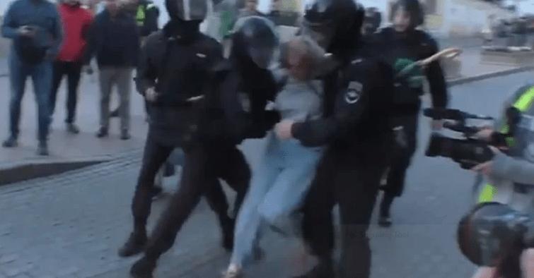 Руски полицаец удира жена во стомак што протестира, јавноста е бесна