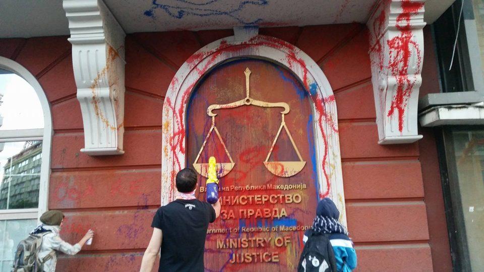 """Како се стига од """"Нема правда, нема мир"""" до бранење на рекетари"""