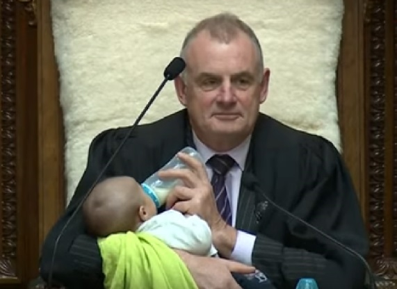 Претседателот на новозеландскиот Парламент храни бебе среде дебата
