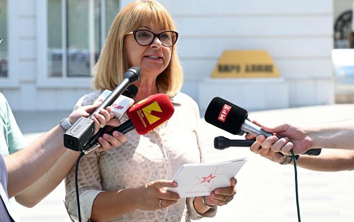 """ВМРО-ДПМНЕ ги пречекаа СДСМ со песната од """"Кум"""""""