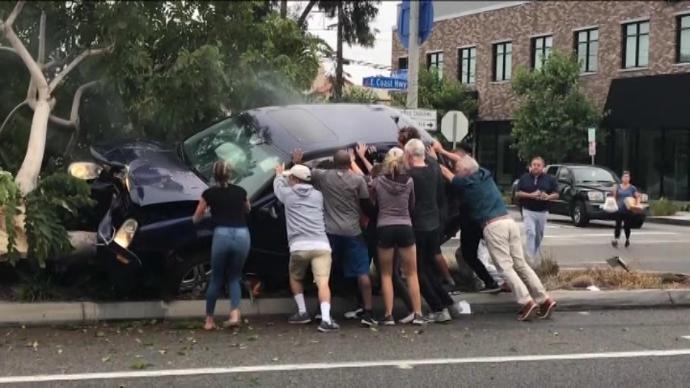 Случајни минувачи си ги ризикувале животите за да спасат возач од смачкан автомобил