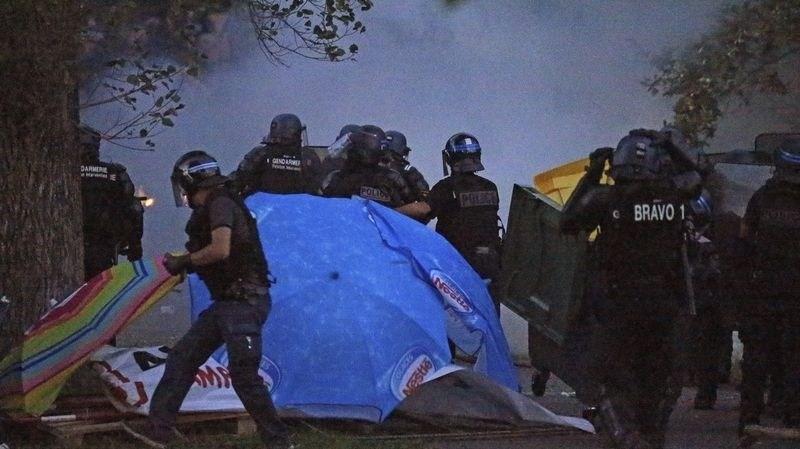 Масовни протести во Франција против глобализацијата пред почетокот на самитот на Г7