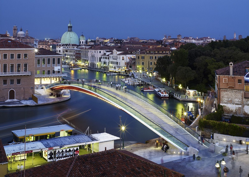 Казна за архитектот кој не мислел на туристите кога дизајнирал мост во Венеција