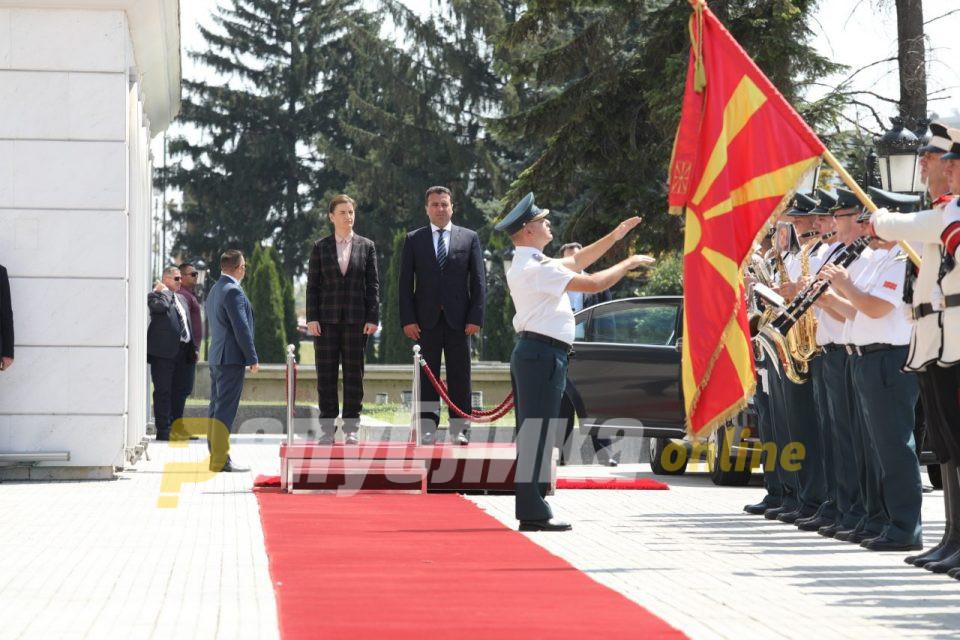 Владата не го погреши знамето на Србија – Брнабиќ пречекана без знаме