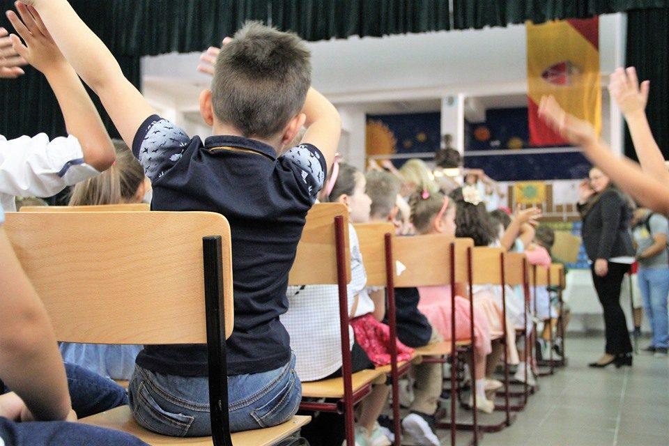 Родителите прашуваат: Ние сме на работа, кој ќе ни ги чува децата поради скратените часови?