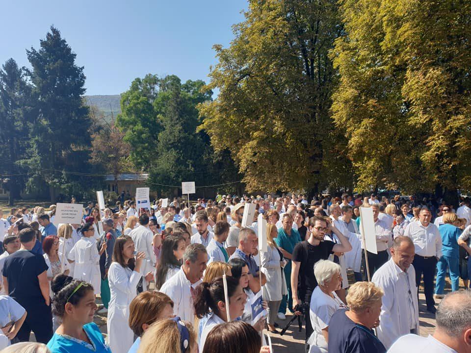 """""""Почитувани пациенти, ние сме со вас"""", порачаа на протестот на Клиника против насилството врз медицинските работници"""