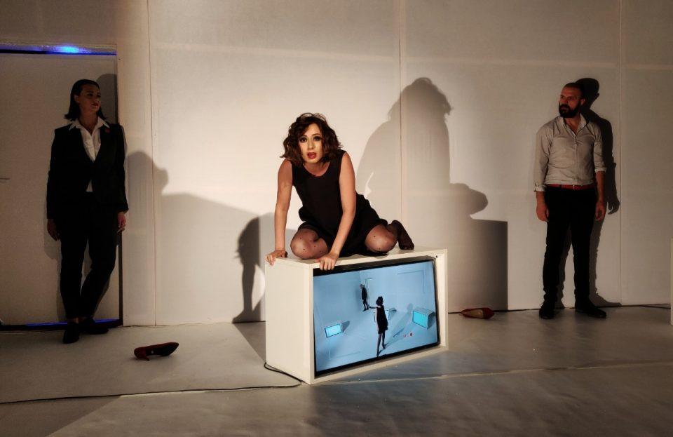 """Премиера на """"Зад затворени врати"""" на Турскиот театар"""
