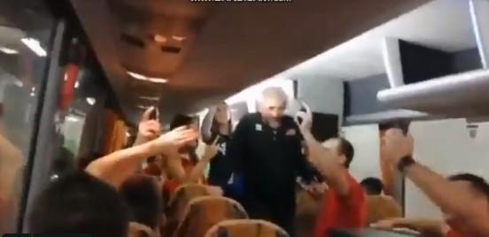 """Неофицијалната химна на одбојкарите """"Бисер балкански"""" ечи во автобусот"""