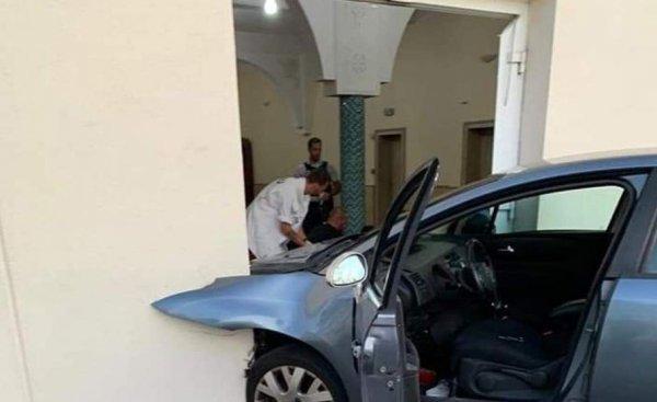 Маж со автомобил влетал во џамија во Франција