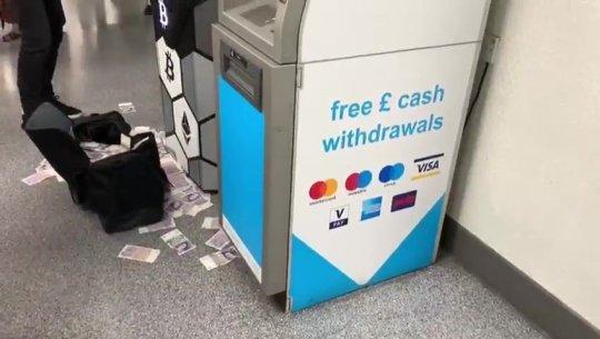 Неверојатна сцена во Сплит: Со лаптоп хакирал банкомат, пари летале на сите страни