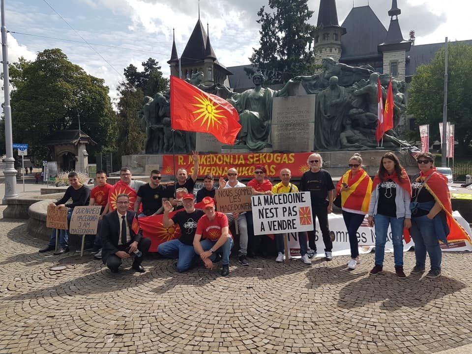 Иселенеци во Мелбурн ги запалија знамињата на Грција и Бугарија и сликите на Заев и Шекеринска