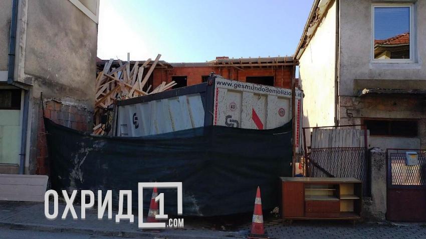 """Дивоградба во Охрид со камион се """"брани"""" од рушење"""
