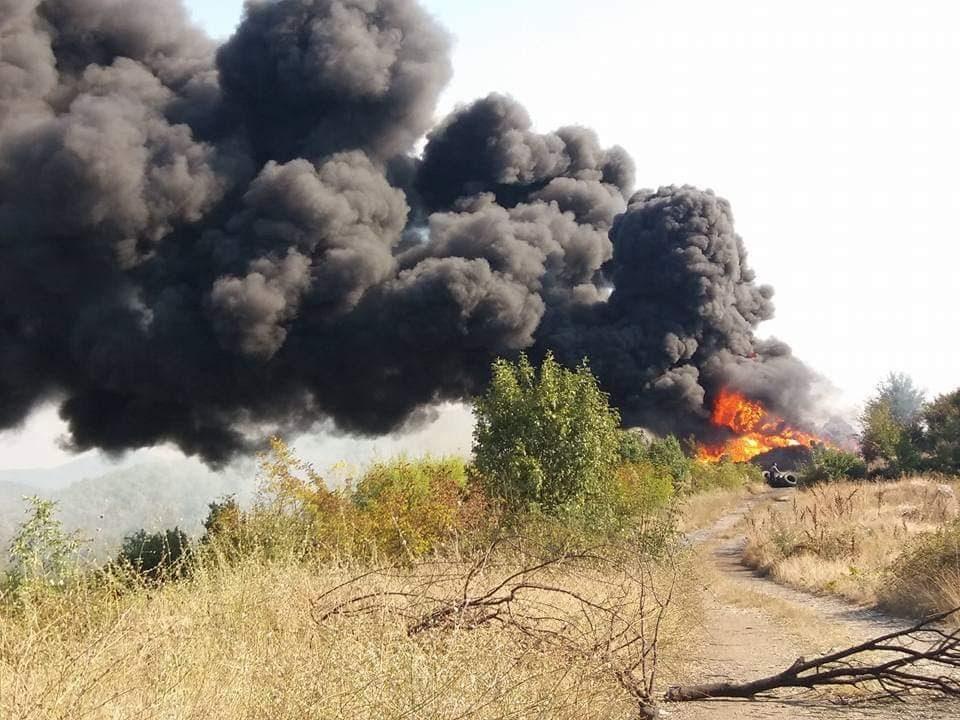 Пожарникарите два часа гаселе 300 запалени стари гуми во Костурино