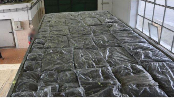 Еден тон дрога откриена на брод заринкан на остров во Австралија