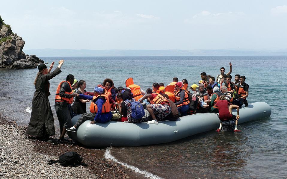 Грчките острови се полнат со мигранти, ќе тргнат ли кон Балканот?