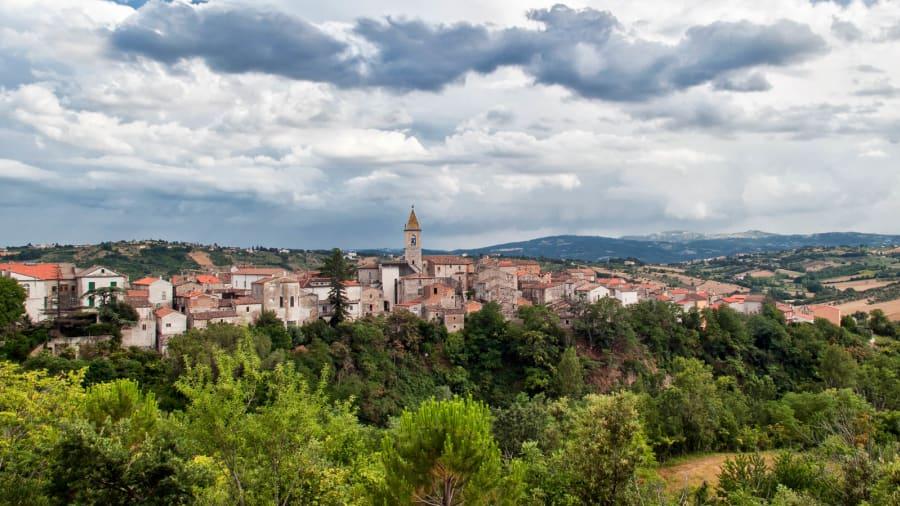 Чист воздух и совршен баланс меѓу море и планина: Италија нуди 25.000 евра за да се доселите тука