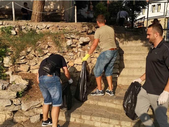 Кога не се грижи градот: Туристичките водичи го чистеа Стариот дел на Охрид