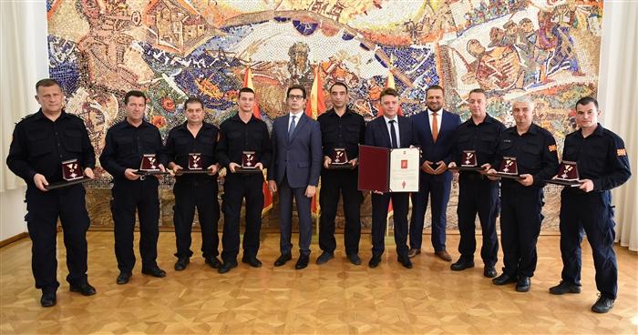 """Пендаровски одликуваше 8 пожарникари со """"Медал за храброст"""""""