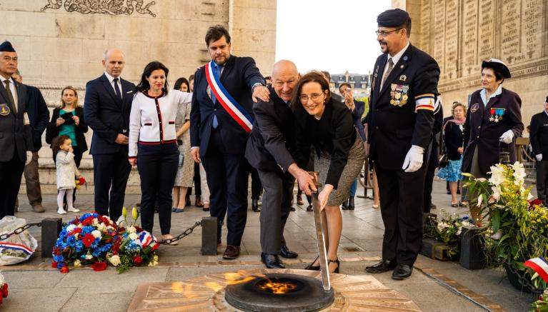 За денот на независноста: Разгорен вечниот оган под Триумфалната капија
