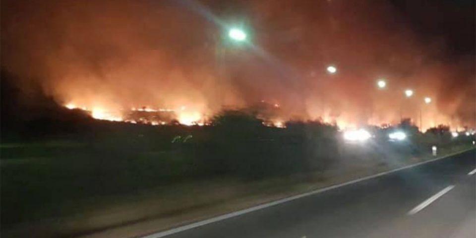 """Пожарот кај Катланово го гасат седум возила, нема опасност за бензинската на """"Окта"""""""