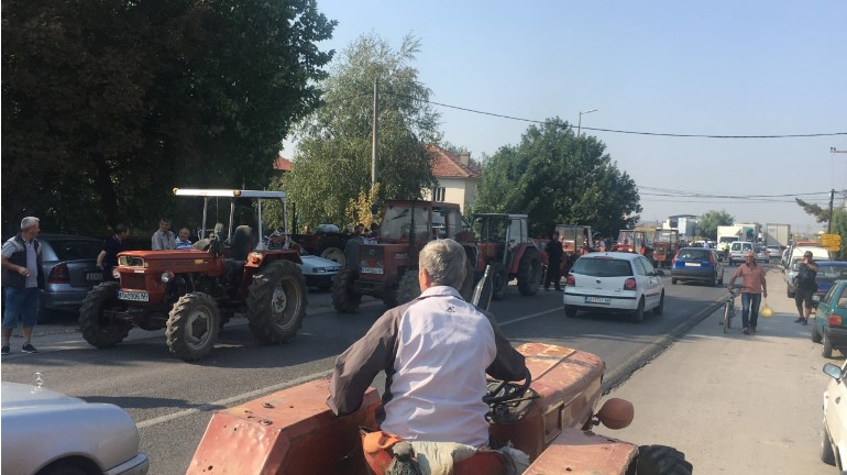 Оризари од Кочанско го блокираа патот кон Штип, бараат субвенции за предадената арпа