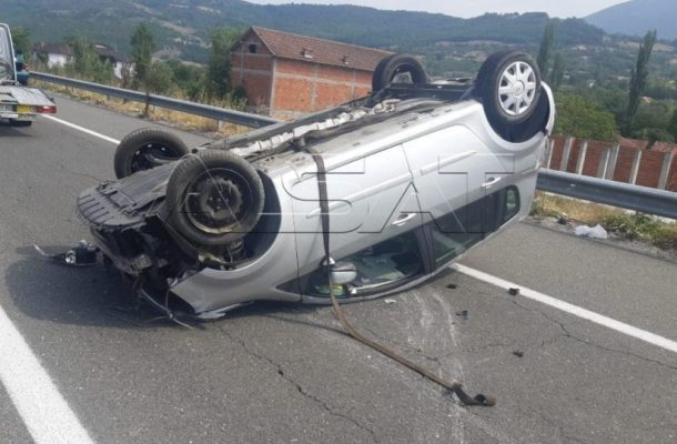Автомобил се преврте на автопатот Тетово-Скопје, тројца повредени