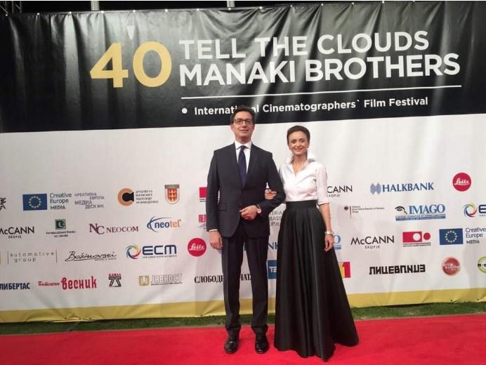 """И претседателот со сопругата на црвениот килим во Битола, почна 40. фестивал """"Браќа Манаки"""""""