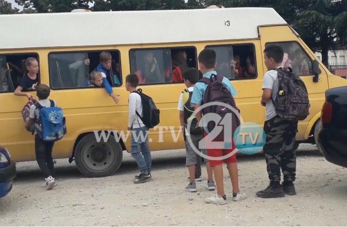 Во 21 век, ученици од Визбегово преку прозор излегуваат од претоварен и дотраен автобус