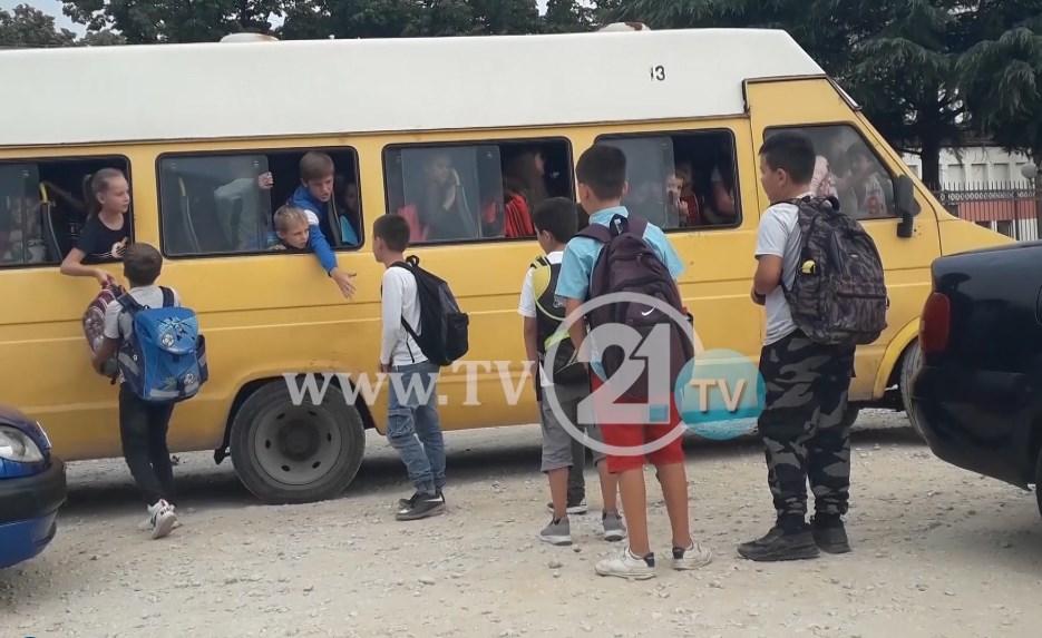 Ученици секој ден излегуваат од автобус преку прозор