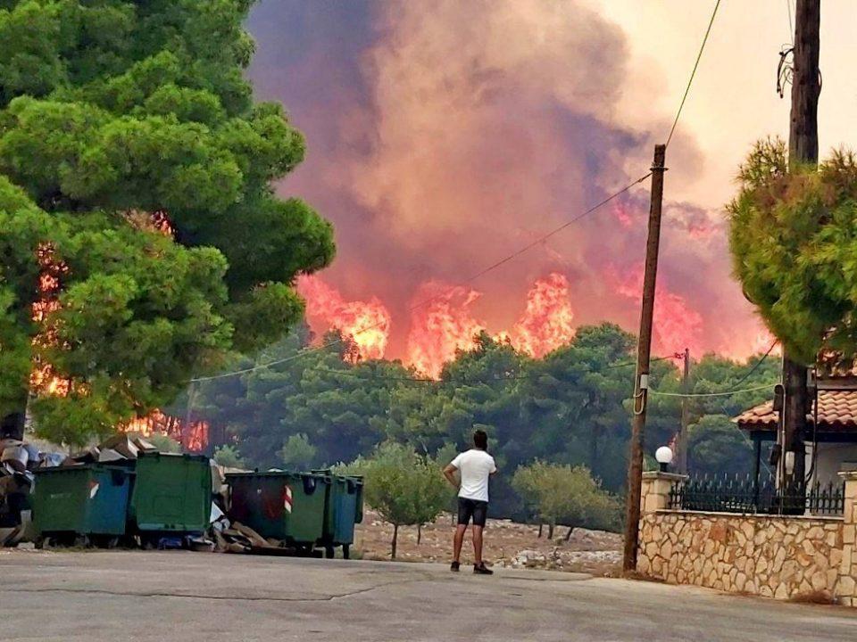 Сѐ уште гори на Закинтос, пожарот нанесе штети на домови