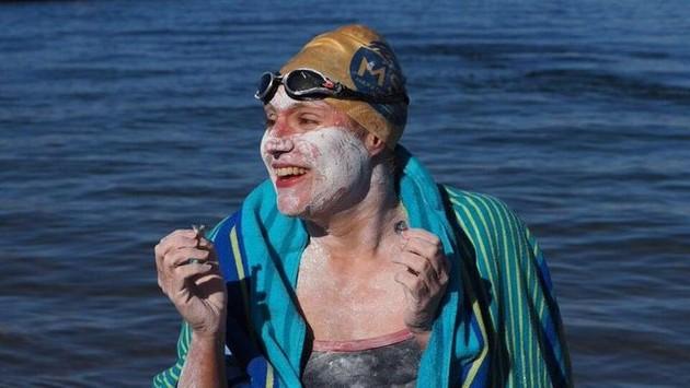 Жена која преживеала рак го преплива Ламанш четири пати по ред