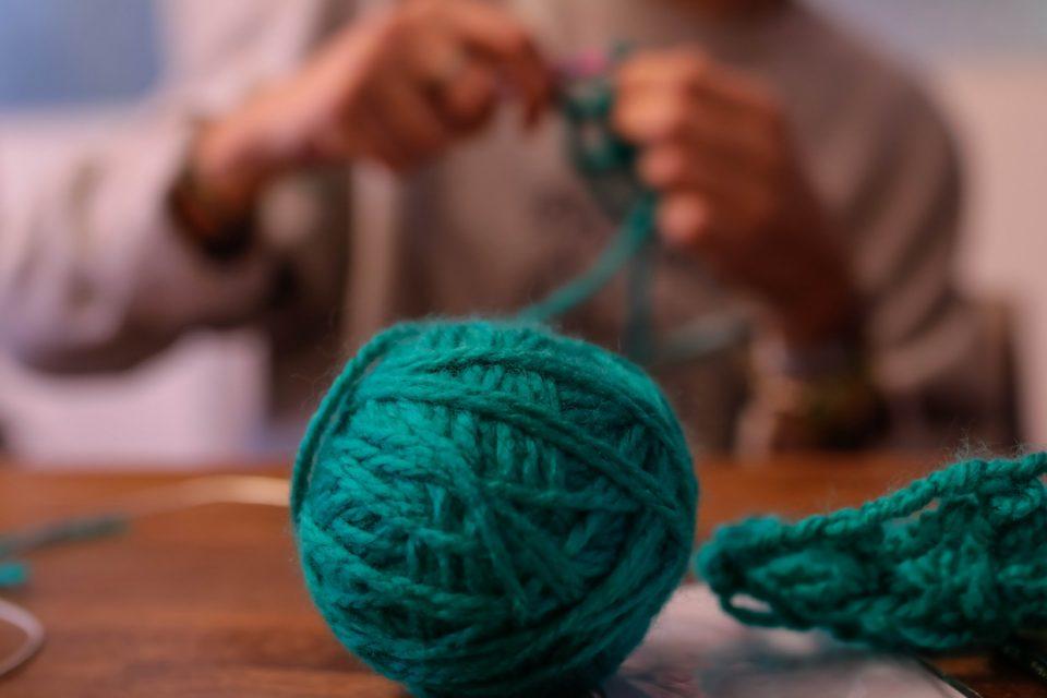Дизајнерката Ирина Тошва ја оживува заборавената традиција, плетењето е одново во мода