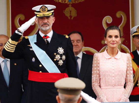 Кралицата Летиција во дамска розова креација со кралот Фелипе  на Денот на независноста на Шпанија