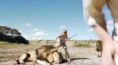 Додека се снимаа со убиениот лав, ги стигна освета
