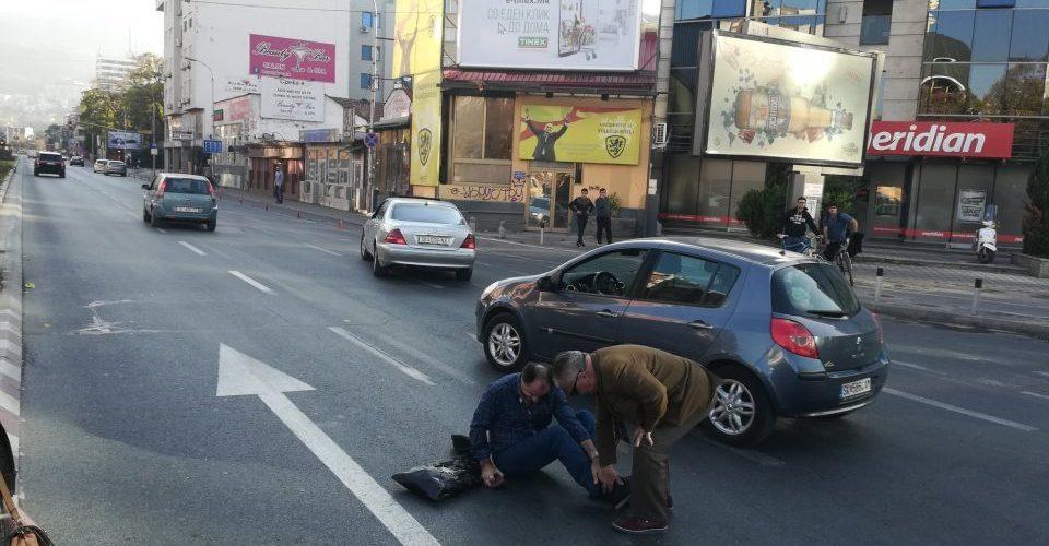 Дивеење по скопските улици: Поминал на црвено, удрил пешак кај Соборна и избегал