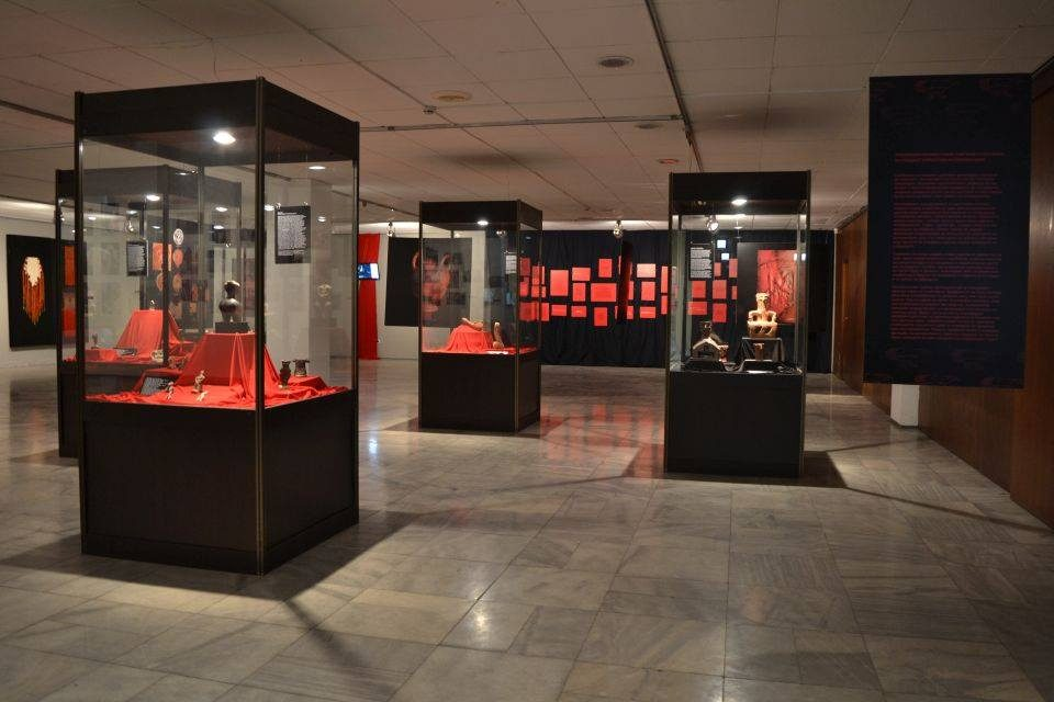 """Музејот на Македонија со изложбата """"Црн петел, црвена кокошка"""" гостува во Софија"""