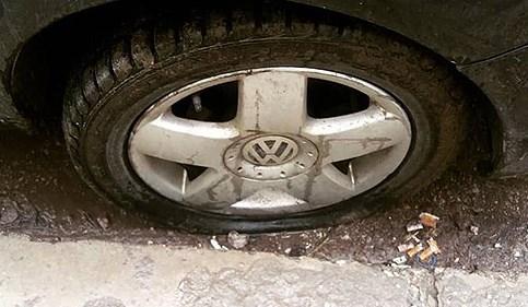 Лут што му раскинала: Скопјанец од љубомора ѝ ја дупнал гумата од возилото на поранешната девојка