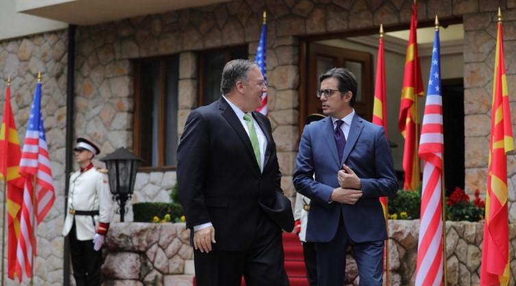Пендаровски со Помпео телефонски разговарал за короната и за Косово