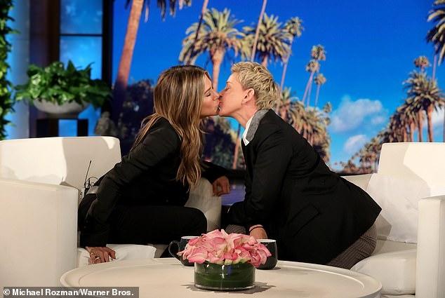 Џенифер Анистон и Елен Деџенерис се бакнаа во уста во шоуто на популарната водителка