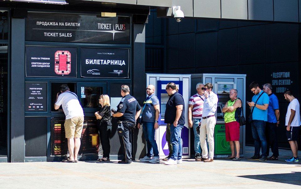 Се огласи полицаецот кој чекаше ред за билети за РК Вардар