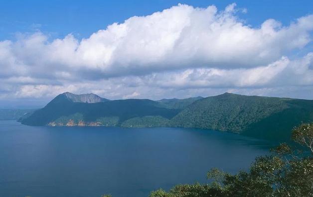 Езерото во кое луѓе гледаат спас, а го следи една необична легенда