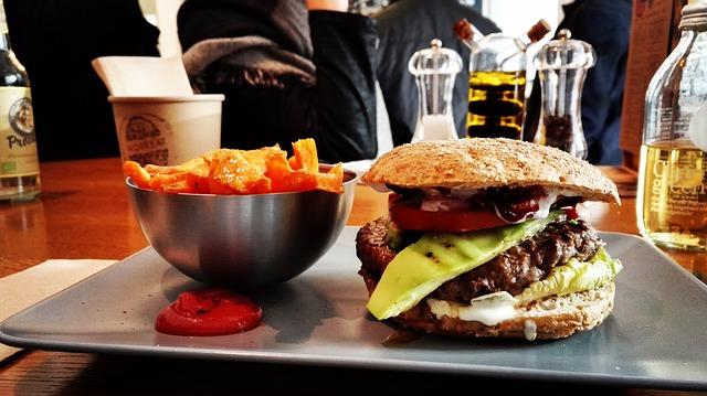 Од денеска храната и пијалоците во рестораните ќе се даночат по нова повластена стапка