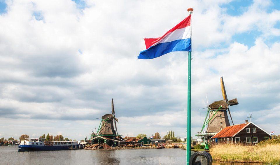 Холандија го менува името