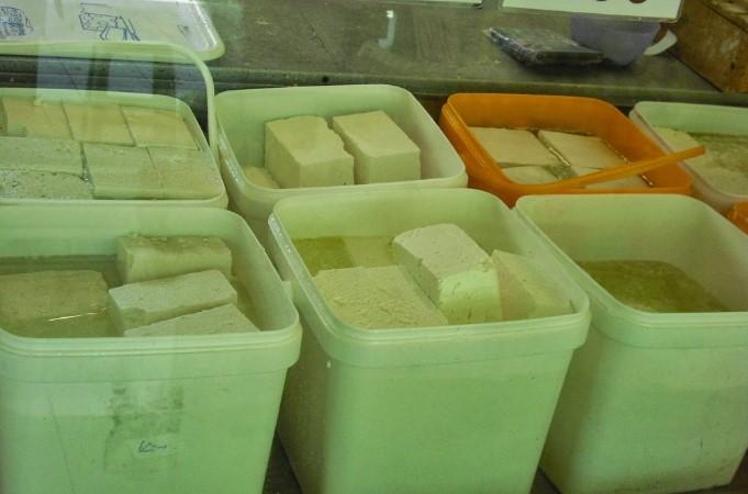 Албанската полиција заплени 142 канти со сирење шверцувани од Македонија