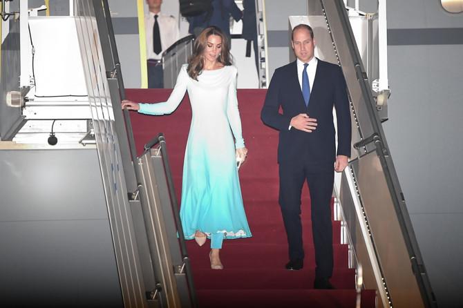 Принцот Вилијам и Кејт во посета на Пакистан, ги чуваат 1000 полицајци