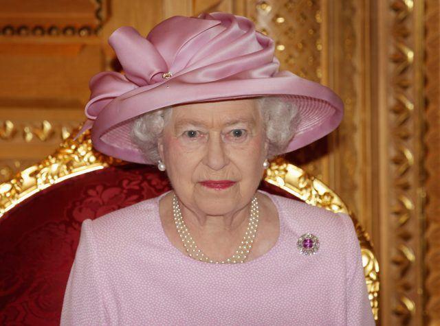 Новите чевли стегаат: Кралицата Елизабета има жена која и ги разгазува обувките