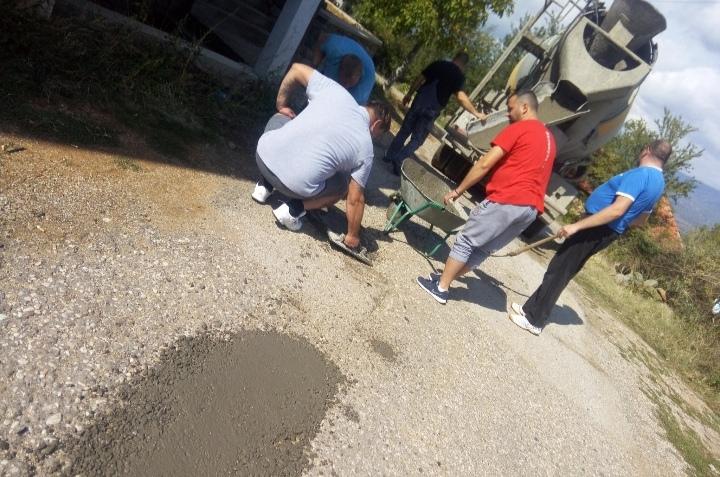 Неверојатно: Градоначалникот на Крива Паланка кривично ги гони селаните од Мождивњак зашто сами си ги закрпиле дупките на патот