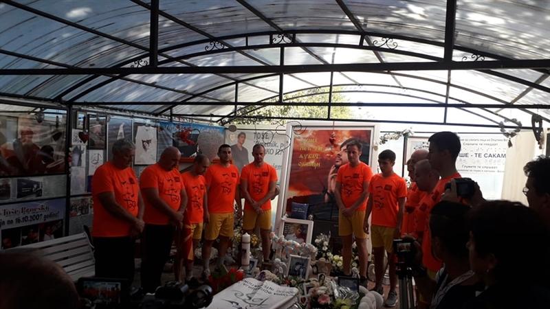 Со рози пречекани маратонците во чест на Тоше